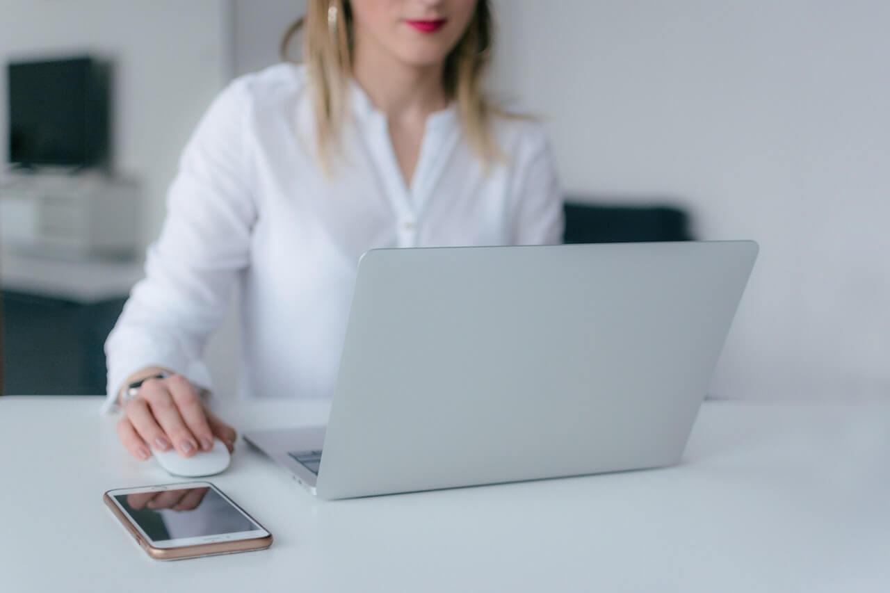 Kobieta-w-bialej-bluzce-przy-laptopie