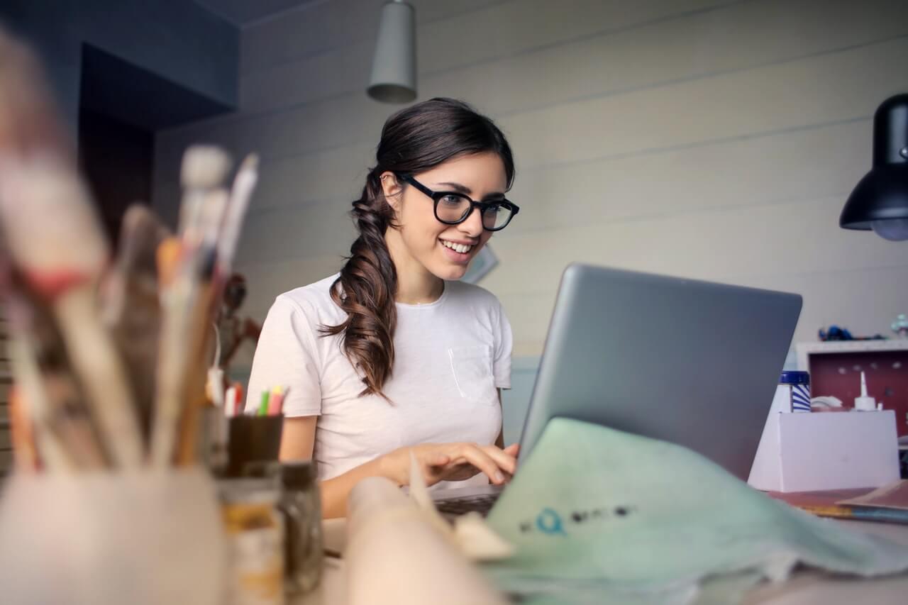Dziewczyna-w-okularach-przy-komputerze