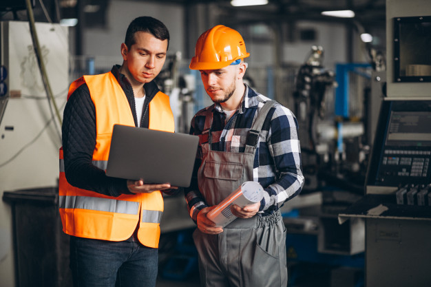 dwóch pracujących mężczyzn